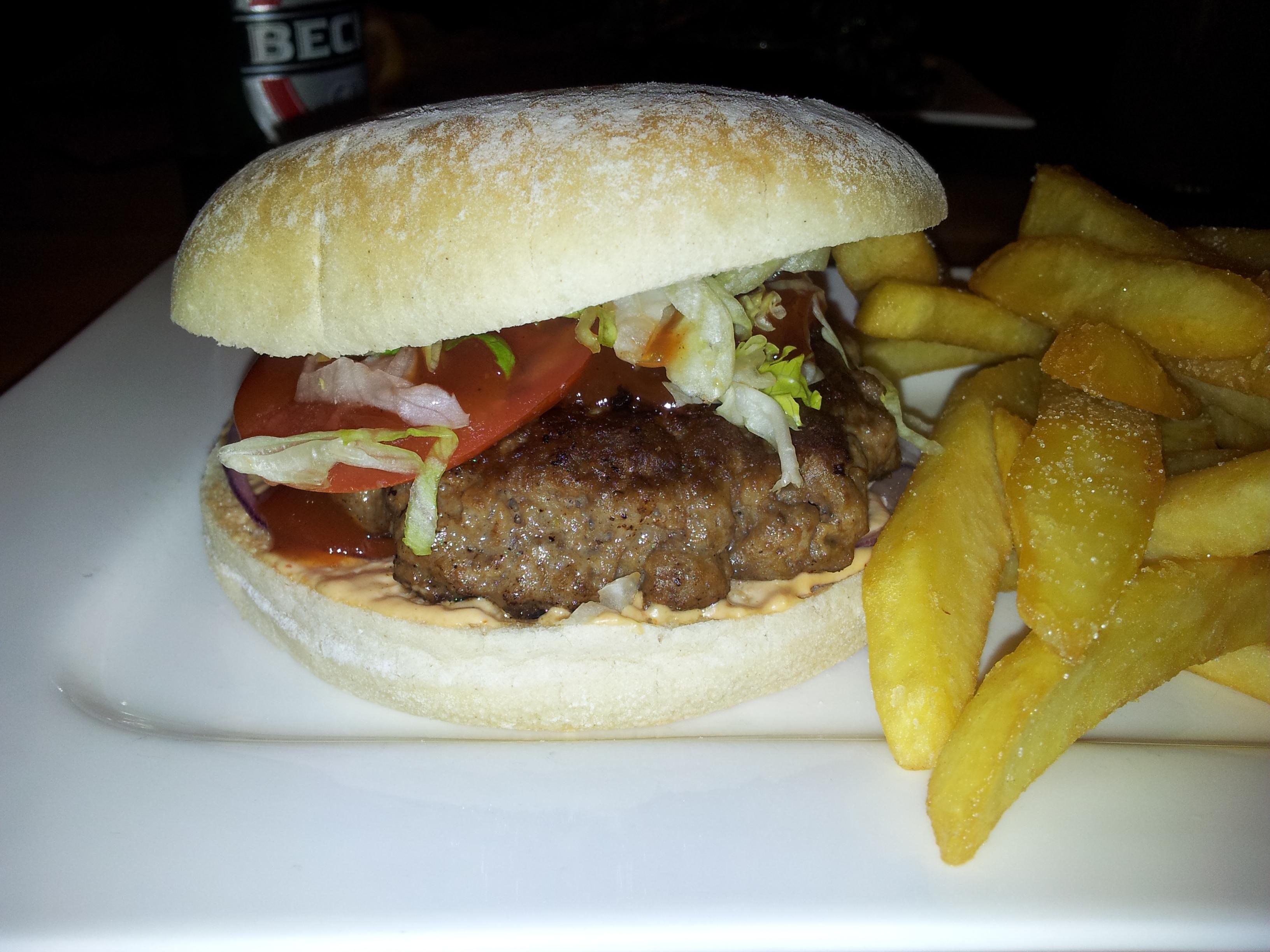 Gourmet Hamburger mit Pommes: 7,80.
