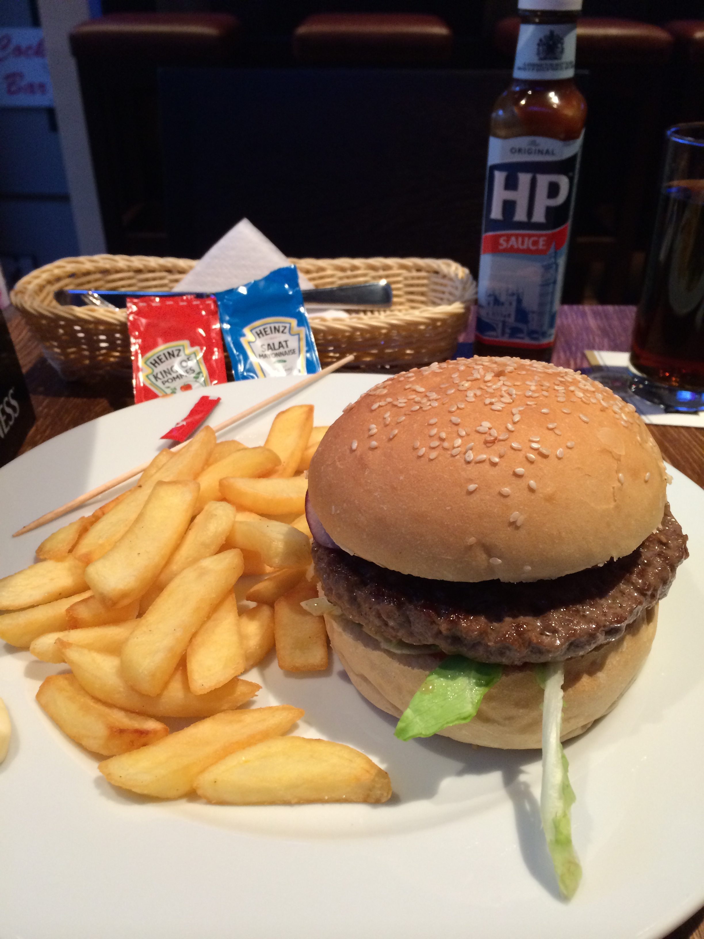 Black Angus Burger (200g): 5,50 mit Pommes