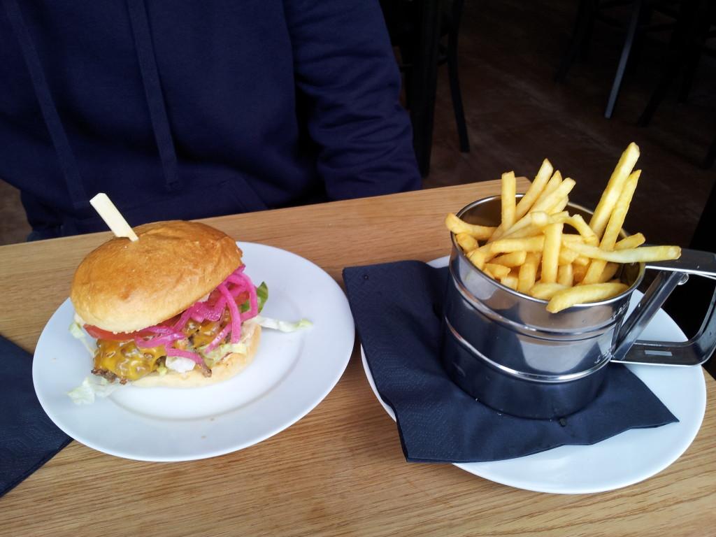 Classic Burger 9,90 EUR mit Pommes